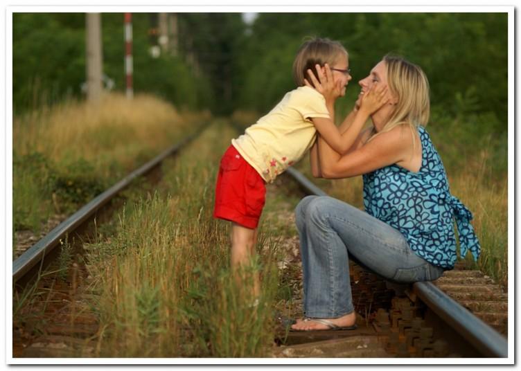 zdjęcie Mamy z córeczką na tle torów w lesie
