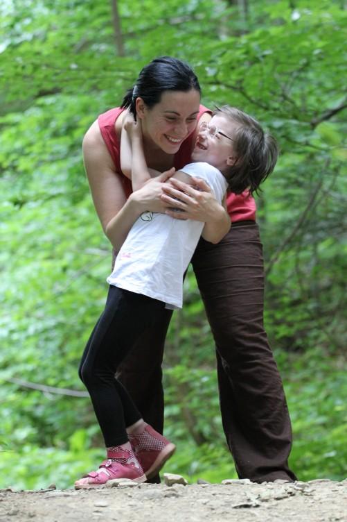zdjęcie Mamy z dzieckiem w lesie