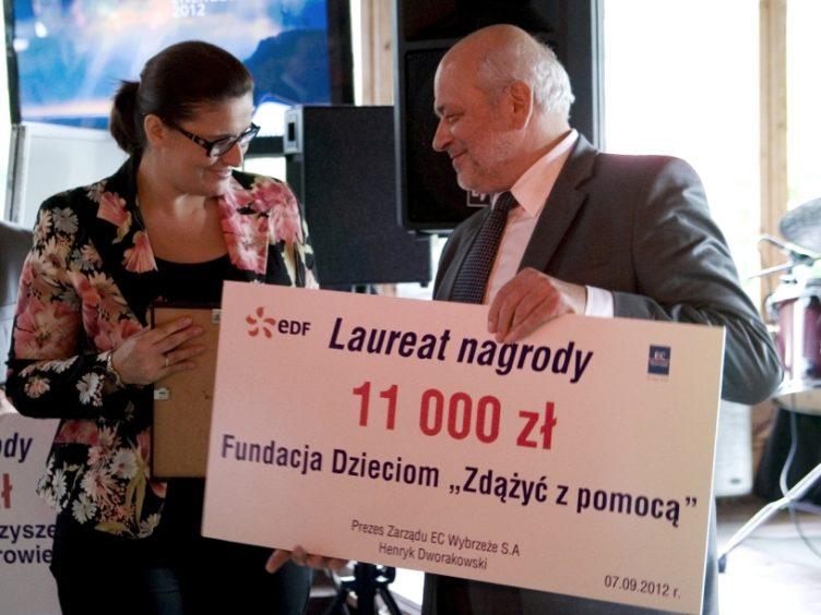 Zdjęcie z wręczenia czeku Fundacji przez Zarząd Spółki EDF