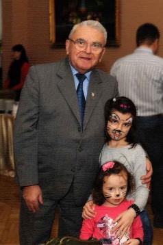 Zdjęcie Prezesa Stanisława Kowalskiego z dziećmi
