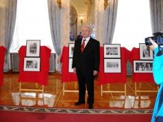 zdjęcie Stanisława Kowalskiego na tle wystawy zdjęć