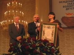 zdjęcie z wręczenia dyplomu Prezesowi
