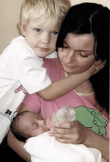 Malutka Melania z bratem i mama