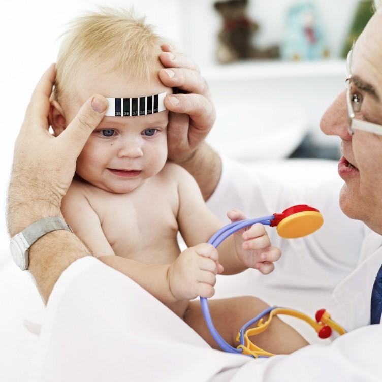 Zdjęcie malutkiego pacjeta z lekarzem