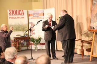Prezes Stanisław Kowalski odbiera nagrodę
