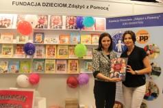 """Joanna Mucha i Anna Popek z publikacją Fundacji """"Twórcy Wizerunku Polski"""""""