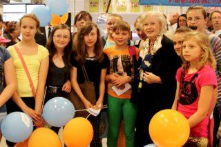 Beata Tyszkiewicz i grono młodych fanów