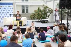 zdjęcie Magdalena Różczka czyta bajki dzieciom