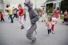 zdjęcie Myszka Norka uczy się tańczyć razem z dziećmi