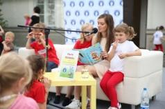 zdjęcie Maria Niklińska czyta bajki dzieciom