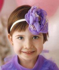zdjęcie Leny Rybakowskiej małej dziewczynki w fioletowym sweterku z opaską we włosach